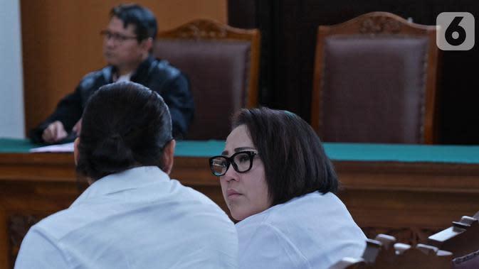 Pelawak Tri Retno Prayudati alias Nunung dan suaminya, July Jan Sambiranakan saat menjalani sidang perdana kasus kepemilikan Narkoba jenis sabu di Pengadilan Negeri Jakarta Selatan, Rabu (2/10/2019). (Liputan6.com/Herman Zakharia)