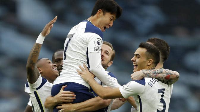Sejumah pemain Tottenham Hotspur merayakan gol yang dicetak Son Heung-min ke gawang West Ham United dalam lanjutan Liga Inggris 2020/2021, Minggu (18/10/2020). (AP photo/Matt Dunham, Pool)