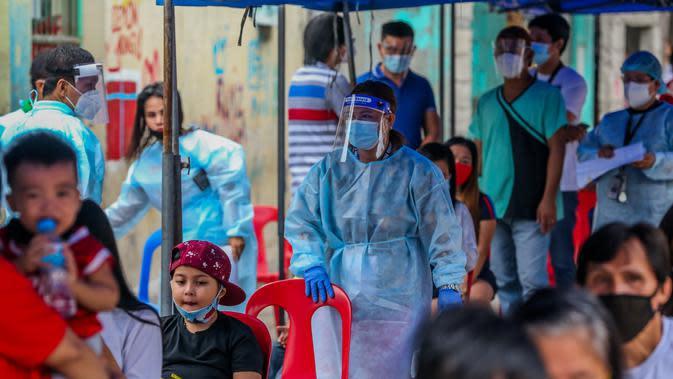 Seorang petugas kesehatan mempersiapkan tes COVID-19 gratis di kawasan permukiman kumuh di Manila, Filipina (28/7/2020). Jumlah kasus COVID-19 di Filipina melonjak menjadi 83.673 setelah Departemen Kesehatan Filipina melaporkan 1.678 kasus baru pada Selasa (28/7). (Xinhua/Rouelle Umali)