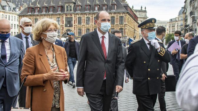 Perdana Menteri Prancis Jean Castex (tengah) mengunjungi Kota Lille di Prancis, Senin (3/8/2020). Otoritas Prancis memerintahkan warga untuk mengenakan masker di tempat umum outdoor saat penyebaran COVID-19 semakin cepat dan jumlah pasien kembali melonjak. (Xinhua/Sebastien Courdji)