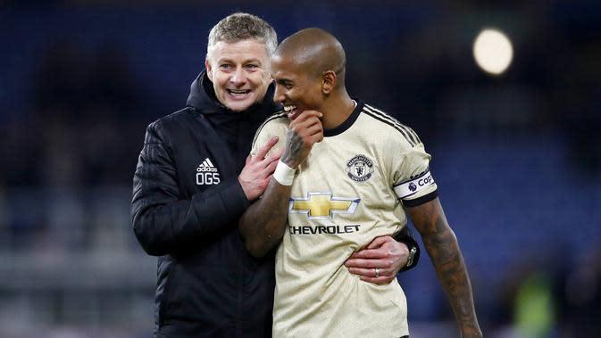Pelatih Manchester United, Ole Gunnar Solskjaer dan Ashley Young tampak bahagia usai menaklukkan Burnley pada laga Premier League di Stadion Turf Moor, Sabtu (28/12). Burnley takluk 0-2 dari Manchester United. (AP/Martin Rickett)