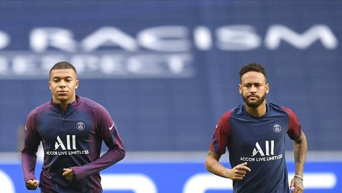 Penyerang PSG, Neymar (kanan) dan Kylian Mbappe melakukan pemanasan selama sesi latihan di stadion Luz di Lisbon, Selasa (11/8/2020). PSG akan bertanding melawan Atalanta pada perempat final Liga Champions di stadion Da Luz, Lisbon, Portugal. (David Ramos / Pool via AP)