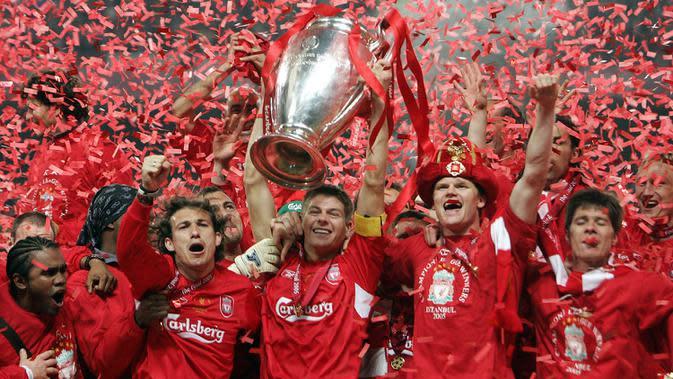 Gelandang Liverpool, Steven Gerrard, mengangkat trofi Liga Champions usai mengalahkan AC Milan di Stadion Ataturk, Turki, Rabu (25/5/2005). (AFP/Filippo Monteforte)
