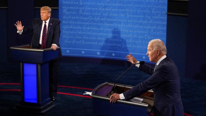 Presiden Donald Trump (kiri) dan calon presiden dari Partai Demokrat, mantan Wakil Presiden Joe Biden (kanan) bertukar poin selama debat presiden pertama di Case Western University and Cleveland Clinic, Cleveland, Ohio, Selasa (29/9/2020). (AP Photo/Morry Gash, Pool)