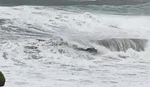 颱風閃電襲恆春半島風強雨驟 民眾開車「方向盤握不住」一路驚魂