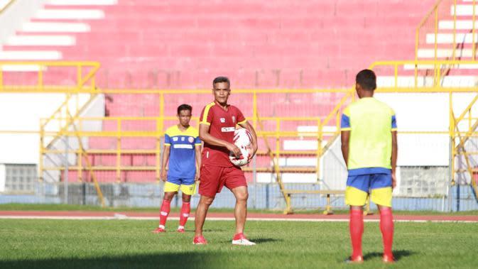 Pelatih Persiraja, Hendri Susilo memimpin latihan tim asuhannya. (Istimewa)