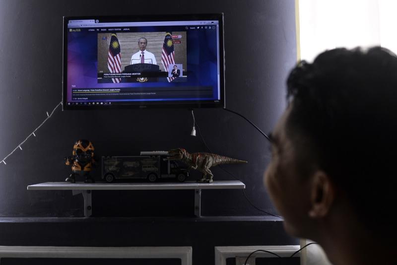 People watch the live telecast of Prime Minister Tan Sri Muhyiddin Yassin's speech June 5, 2020. ― Picture by Miera Zulyana