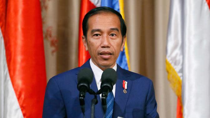 Presiden Joko Widodo (Jokowi) memberikan keterangan pers usai menggelar pertemuan bilateral di Istana Malacanang di Manila, Filipina, Jumat (28/4). (AP Photo / Bullit Marquez)