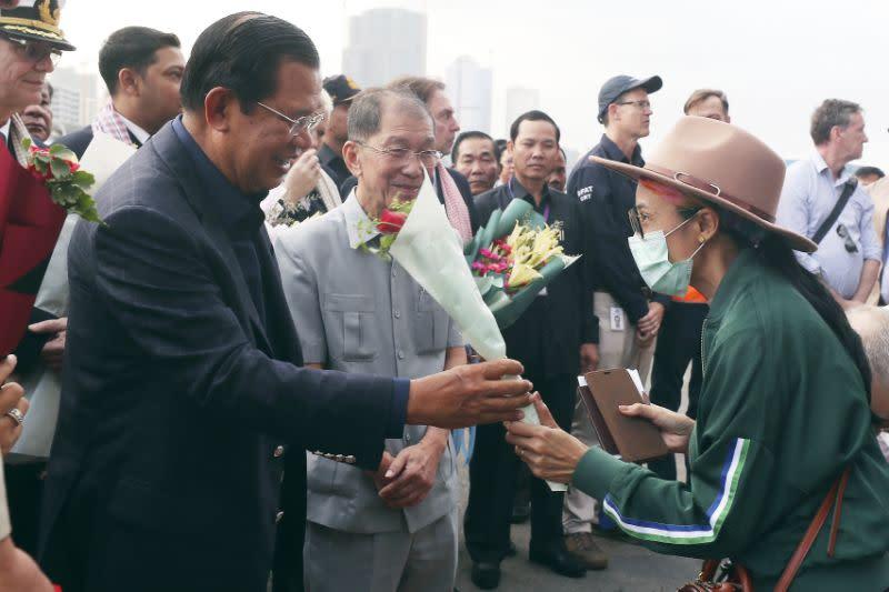 Kapal pesiar yang ditolak oleh lima otoritas berlabuh di Kamboja