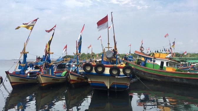 Kemenhub memberikan bantuan pas kecil kapal tradisional dan alat keselamatan kapal ke nelayan dan awak kapal tradisional di Provinsi Lampung. (Dok Kemenhub)