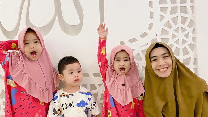 Perempuan yang telah memiliki tiga orang anak itu bersyukur, kini istri dari Ory Vitrio itu kembali mengandung anak keempat. Tidak lupa, ia juga memohon doa dari para pengikut instagramnya. (Instagram/okisetianadewi)