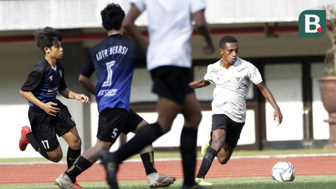Pemain Timnas Indonesia U-16, Alexandro Felix Kamuru, menggiring bola saat melawan tim Piala Soeratin Bekasi U-17 pada laga uji coba di Stadion Patriot, Kota Bekasi, Jumat (13/3/2020). Kedua tim bermain imbang 1-1. (Bola.com/M Iqbal Ichsan)