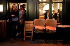'Pesanan terakhir!': Jam malam untuk pub di Inggris dan Wales dimulai