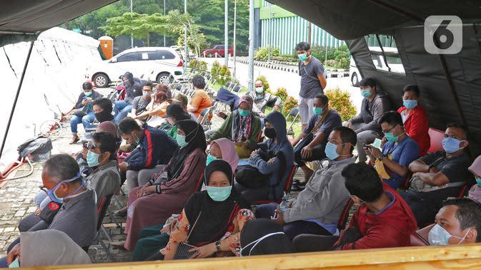 Sejumlah warga menunggu untuk mengikuti pemeriksaan mandiri virus corona COVID-19 di rumah sakit rujukan RSUD Pasar Minggu, Jakarta Selatan, Kamis (26/3/2019). Pemeriksaan diikuti oleh Orang Dalam Pemantauan (ODP), Pasien Dalam Pengawasan (PDP), dan suspect. (Liputan6.com/Herman Zakharia)