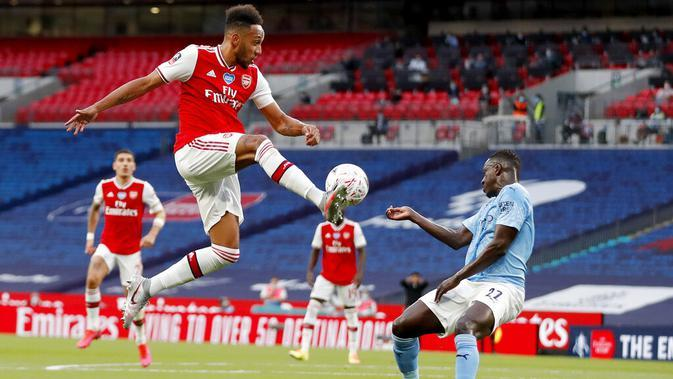 Striker Arsenal, Pierre-Emerick Aubameyang, mengontrol bola saat melawan Manchester City pada laga Piala FA di Stadion Wembley, Sabtu (18/7/2020). Arsenal menang 2-0 atas Manchester City. (AP Photo/Matt Childs,Pool)