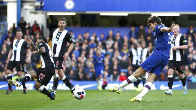 Bek Chelsea, Marcos Alonso, melepaskan tendangan ke gawang Newcastle United pada laga Premier League 2019 di Stadion Stamford Bridge, Sabtu (19/10). Chelsea menang 1-0 atas Newcastle United. (AP/Steven Paston)