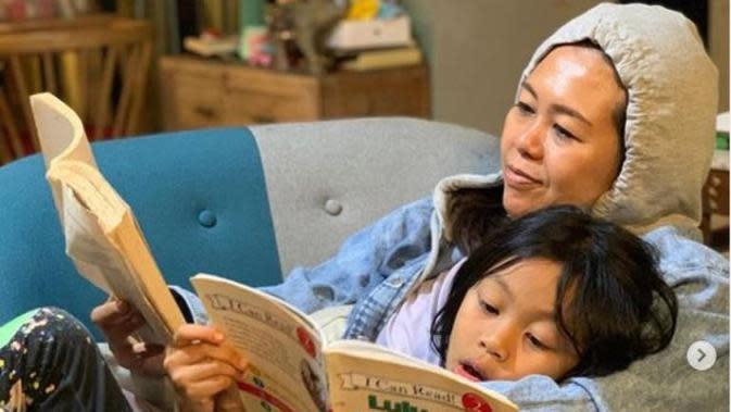 Membaca Buku Jadi Cara Yenny Wahid Lebih Dekat dengan Anak. (dok.Instagram @yennywahid/https://www.instagram.com/p/CGFpEOOA2mN/Henry)
