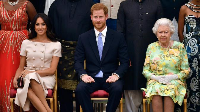 Ratu Elizabeth II Bersama Pangeran Harry dan istrinya, Meghan Markle. (John Stillwell/Pool Photo via AP, File)
