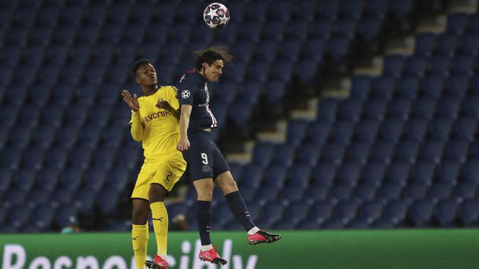 Penyerang PSG, Edison Cavani berebut bola udara dengan bek Borussia Dortmund, Dan-Axel Zagadou pada pertandingan leg kedua babak 16 besar Liga Champions di stadion Parc des Princes, Paris, Prancis (12/3/2020). PSG menang 2-0 atas Dortmund dan melaju ke perempat final. (UEFA via AP)