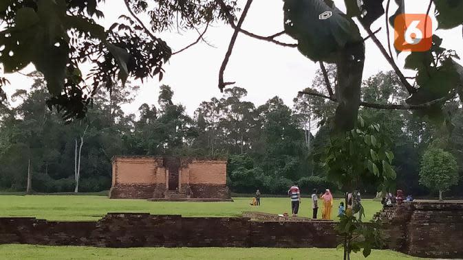 Sejumlah pengunjung saat berwisata di komplek Percandian Muarajambi. (Liputan6.com/Gresi Plasmanto)