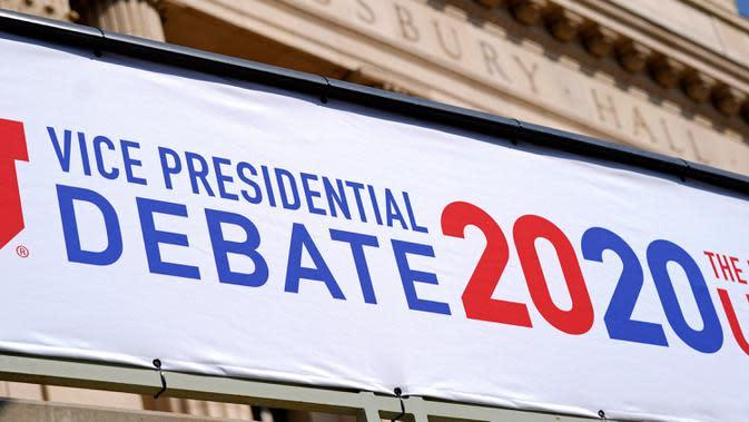 Persiapan untuk debat calon wakil presiden (cawapres) AS di luar Kingsbury Hall, Universitas Utah di Salt Lake City, Senin (5/10/2020). Debat cawapres petahana Mike Pence dan Senator California Kamala Harris akan digelar pada Rabu 7 Oktober. (AP Photo/Patrick Semansky)