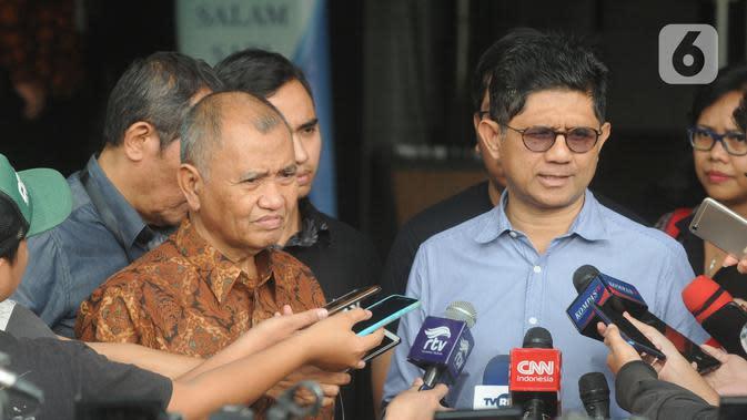 Ketua KPK Agus Rahardjo, Wakil Pimpinan KPK Saut Situmorang, dan Wakil Pimpinan KPK Laode M Syarif memberikan keterangan di Gedung KPK, Jakarta, Rabu (20/11/2019). Atas nama pribadi, ketiganya akan menjadi pemohon ke MK dalam uji materi UU Nomor 19 Tahun 2019 tentang KPK. (merdeka.com/Dwi Narwoko)