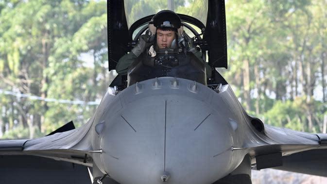 Pilot Angkatan Udara Taiwan bersiap dalam pesawat tempur F-16V buatan Amerika Serikat saat latihan militer di Kabupaten Chiayi, Taiwan, Rabu (15/1/2020). Kementerian Pertahanan Taiwan menggelar latihan militer untuk menunjukkan kemampuan mengamankan liburan Tahun Baru Imlek. (Sam Yeh/AFP)