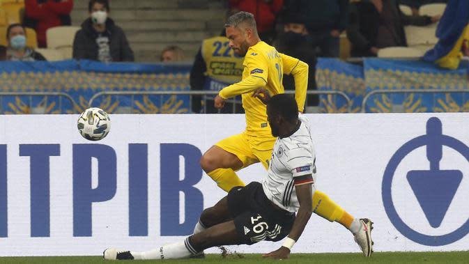 Pemain Ukraina, Marlos berusaha melewati bek Jerman, Antonio Rudiger pada pertandingan UEFA Nations League di Stadion Olimpiyskiy di Kyiv, Ukraina, Sabtu (10/10/2020). Jerman menang 2-1 atas Ukraina. (AP Photo/Efrem Lukatsky)
