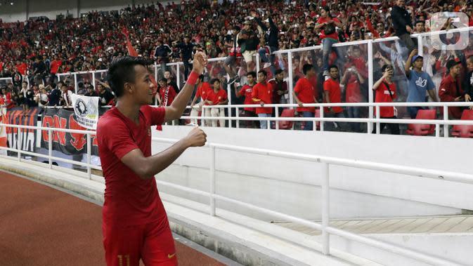 Gelandang Timnas Indonesia, M Supriadi merayakan hasil imbang melawan Korea Utara pada laga kualifikasi Grup K Piala AFC U-19 2020 bersama supporter di Stadion Utama Gelora Bung Karno, Jakarta, Minggu (10/11/2019). Indonesia lolos ke putaran Piala AFC U-19 2020. (Liputan6.com/Helmi Fithriansyah)