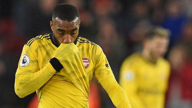 Striker Arsenal, Alexandre Lacazette, tampak kecewa usai dikalahkan Sheffield United pada laga Premier League di Stadion Bramall Lane, Sheffield, Senin (21/10). Sheffield menang 1-0 atas Arsenal. (AFP/Oli Scarff)