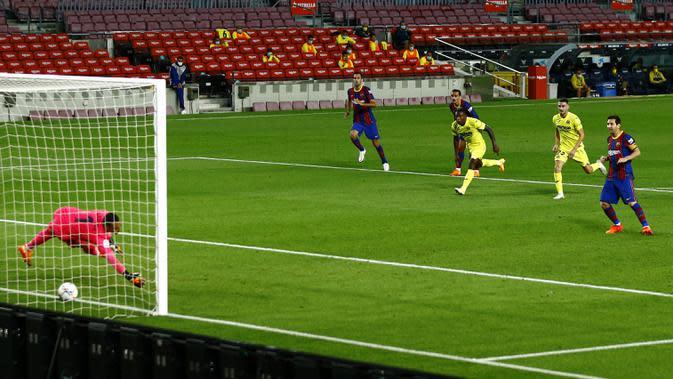 Striker Barcelona, Lionel Messi, mencetak gol melalui tendangan penalti saat melawan Villareal pada laga Liga Spanyol di Stadion Camp Nou, Senin (28/9/2020). Barcelona menang dengan skor 4-0. (AP Photo/Joan Monfort)