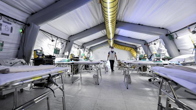 Pemandangan ICU rumah sakit lapangan darurat Samaritan's Purse di Cremona, Italia, Jumat, 20 Maret 2020. Rumah sakit lapangan ini dibangun untuk merawat pasien virus corona COVID-19 yang terus melonjak. (Claudio Furlan/LaPresse via AP)