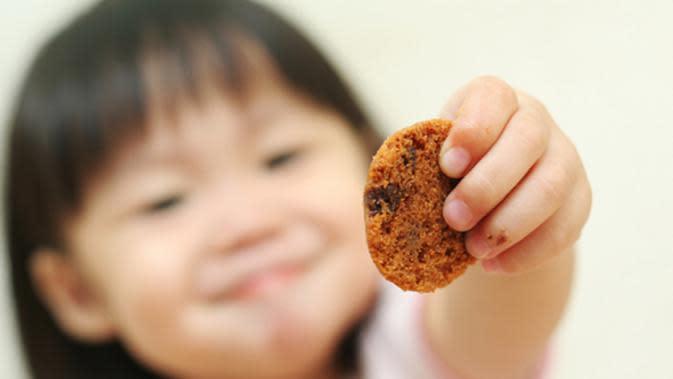 Bukan gara-gara permen atau cokelat saja, tapi camilan karbohidrat seperti wafer dan biskuit terlalu sering bisa picu gigi anak geripis.