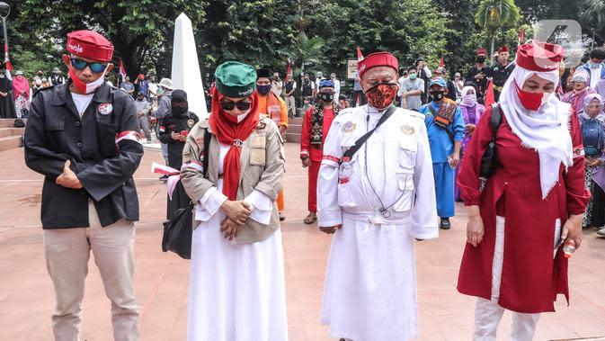 Sejumlah peserta saat mengikuti deklarasi Koalisi Aksi Menyelamatkan Indonesia (KAMI) di Tugu Proklamasi, Jakarta, Selasa (18/8/2020). Dalam deklarasi ini sejumlah tokoh hadir dan ikut menjadi deklarator maklumat menyelamatkan Indonesia. (Liputan6.com/Faizal Fanani)