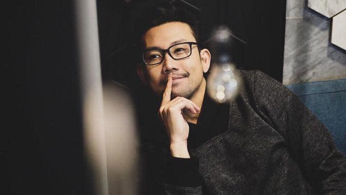 Tak hanya memberikan kesan serius pada penampilan kasual Denny saja. Akan tetapi, kacamata yang dikenakan oleh pria yang akrab disapa Densu ini juga terlihat manis. (Liputan6.com/IG/@sumargodenny)