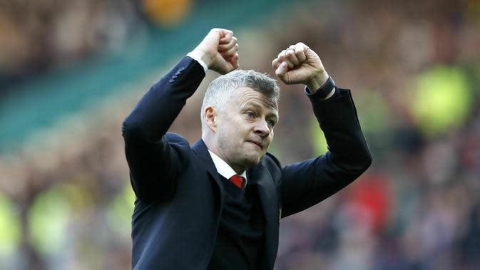 Pelatih Manchester United, Ole Gunnar Solskjaer, merayakan kemenangan atas Watford pada laga Premier League di Stadion Old Trafford, Sabtu (30/3). Manchester United menang 2-1 atas Watford. (AP/Martin Rickett)