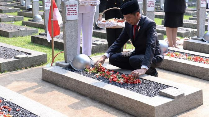 Presiden meletakkan karangan bunga dan diikuti dengan pembacaan doa bagi arwah para pahlawan yang dipimpin oleh Menteri Agama Fachrul Razi.