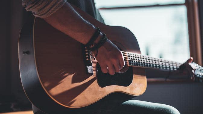 Ilustrasi bermain gitar (Sumber: Unsplash)