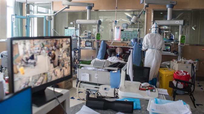 Petugas medis dari Provinsi Jiangsu bekerja di sebuah bangsal ICU Rumah Sakit Pertama Kota Wuhan di Wuhan, Provinsi Hubei, 22 Februari 2020. Tenaga medis dari seluruh China telah mengerahkan upaya terbaik mereka untuk mengobati para pasien virus corona COVID-19 di rumah sakit itu (Xinhua/Xiao Yijiu)