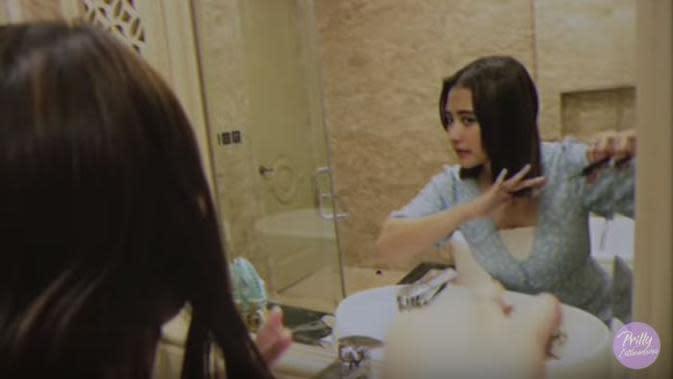 Prilly Latuconsina saat merapikan rambutnya usai dipotong (Dok.YouTube/Prilly Latuconsina)