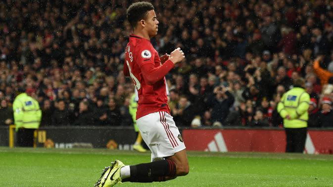Gelandang Manchester United, Mason Greenwood berselebrasi usai mencetak gol ke gawang Norwich City pada pertandingan lanjutan Liga Inggris di Old Trafford (11/1/2020). MU menang telak 4-0 atas Norwich. (AFP/Oli Scarff)