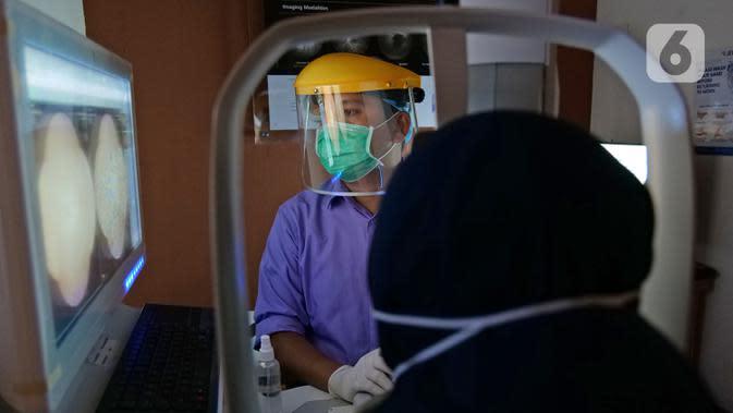 Perawat mengambil gambar saraf mata pasien di RS Mata JEC @ Menteng, Jakarta, Kamis (16/7/2020). JEC memiliki layanan JEC @ Cloud yang memberikan konsultasi kesehatan mata melalui tele-oftalmologi. (Liputan6.com/Herman Zakharia)