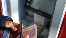 女到ATM領錢!驚見「一畫面」秒崩潰 全場傻愣:太扯啦