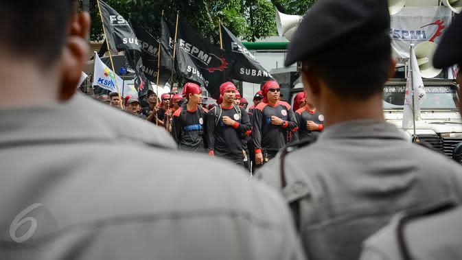 Massa yang tergabung dalam Federasi Serikat Pekerja Metal Indonesia (FSPMI) menggelar aksi di depan kantor BPJS Ketenagakerjaan, Jakarta, Kamis, (4/6/2015). Mereka menolak iuran sebesar 1,5 persen sesuai usulan Apindo. (Liputan6.com/Faizal Fanani)