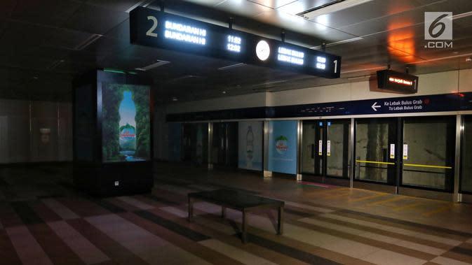 Suasana Stasiun MTR Bendungan Hilir saat terjadi pamadaman listrik di wilayah Jabodetabek, Jakarta, Minggu (4/8/2019). Hingga kini PLN masih terus berupaya untuk memperbaiki gangguan yang menyebabkan pemadaman listrik. (Liputan6.com/JohanTallo)
