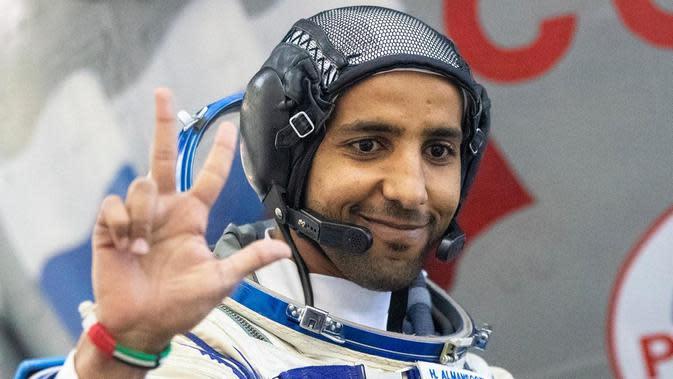Hazza Al Mansouri, astronaut Uni Emirat Arab, sebelum ujian praktek preflight terakhirnya dengan tiruan pesawat ruang angkasa Soyuz di Pusat Pelatihan Angkasa Luar Rusia di Star City, di luar Moskow. (Foto AP)