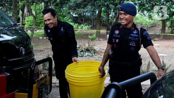 Tim Kimia Biologi dan Radioaktif (KBR) Gegana Polri bersiap mengecek titik radioaktif di Perumahan Batan Indah, Setu, Tangerang Selatan, Sabtu (15/2/2020). Sebuah area tanah kosong di dalam Perumahan Batan Indah, terpapar radioaktif jenis Cesium-137. (merdeka.com/Magang/Muhammad Fayyadh)