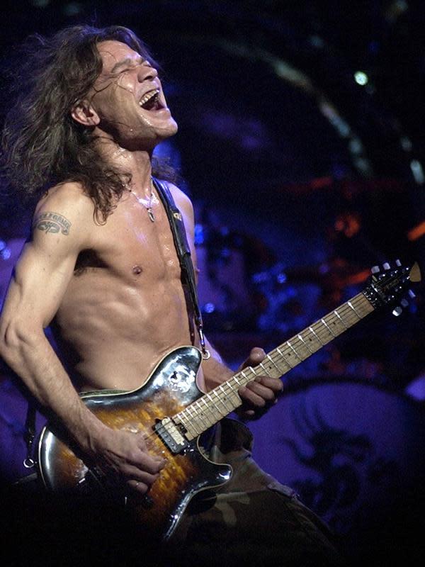Dalam file foto 5 Agustus 2004 ini, gitaris Van Halen Eddie Van Halen tampil di Phoenix. Gitaris itu sudah keluar masuk rumah sakit pada tahun lalu dan baru-baru ini menjalani serangkaian kemoterapi, lapor TMZ. (AP Photo/Tom Hood, File)