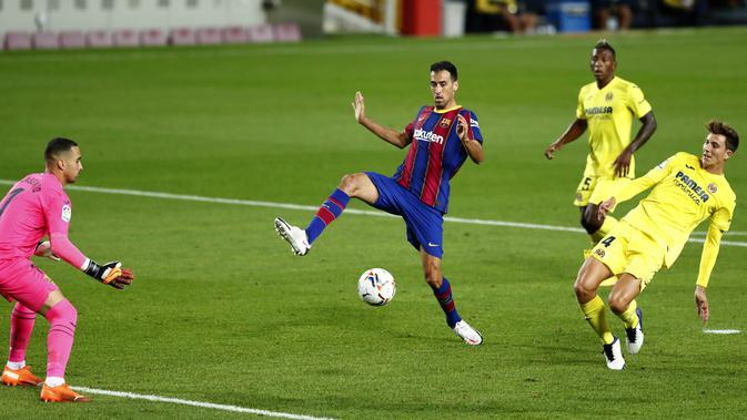 Gelandang Barcelona, Sergio Busquets, berusaha mengontrol bola saat melawan Villareal pada laga Liga Spanyol di Stadion Camp Nou, Senin (28/9/2020). Barcelona menang dengan skor 4-0. (AP Photo/Joan Monfort)