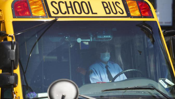Bus sekolah melintas di sebuah jalan di Kew Gardens, New York City, Amerika Serikat (AS), 6 Oktober 2020. Menurut CSSE di Universitas Johns Hopkins hingga 7 Oktober 2020 waktu setempat, jumlah kasus COVID-19 di AS telah menembus angka 7,5 juta. (Xinhua/Wang Ying)